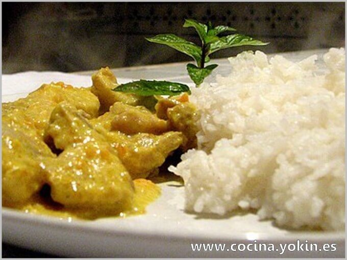 CHICKEN CURRY WITH RICE - The axis of this recipe lies in the curry. A spice, increasingly known and used in cooking around the world. It gives the dish its aroma, color and flavor.