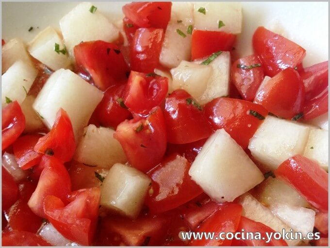 TOMATO AND MELON SALAD - Very colorful salad bicolor getting a contrast of textures and flavors very nice. It
