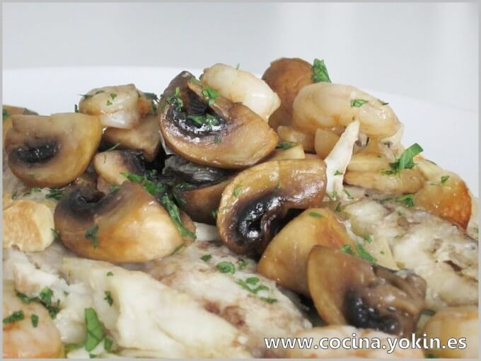 MACKEREL BAKED WITH MUSHROOMS AND SHRIMP - Balanced and tasty dish of humble bluefish shining on the whole. Easy preparation.